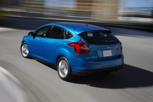 2012 ford focus rear angle view 300x200 Yeni Ford Focus
